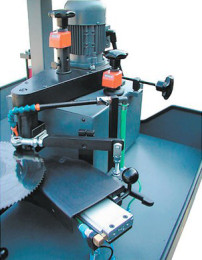 Automatische_Spanteiler-Nuten-Schleifmaschine_Typ_SBN_700-Detail